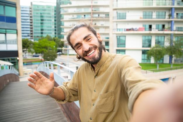 Froher glücklicher hippie-kerl, der selfie nimmt Kostenlose Fotos