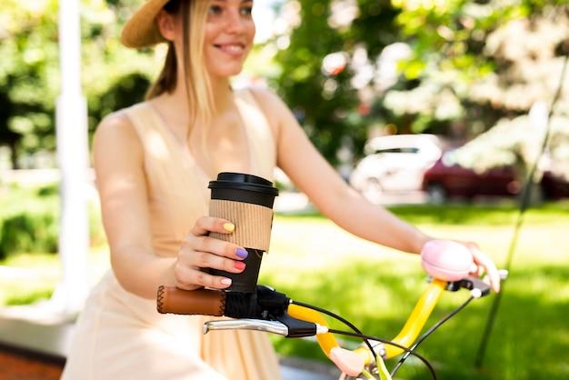 Frohes frauenreitfahrrad mit kaffee Kostenlose Fotos