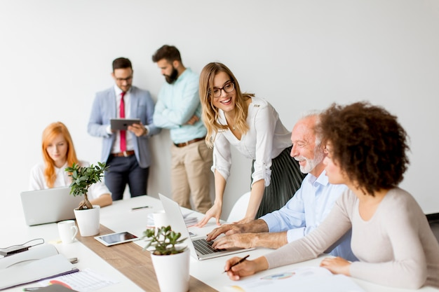 Frohes gemischtrassiges geschäftsteam bei der arbeit im modernen büro Premium Fotos