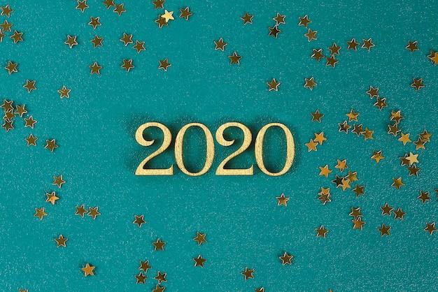 Frohes neues jahr 2020. kreativer text frohes neues jahr 2020 in gold holzbuchstaben geschrieben. Premium Fotos