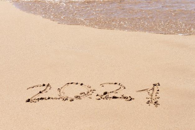 Frohes neues jahr 2021 text am strand. urlaub planen. Premium Fotos