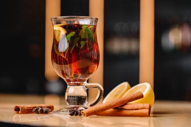 Frontalansicht belebendes glas tee mit zimtzitrone und minze Kostenlose Fotos
