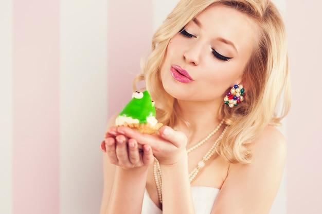 Froschkönig wird von einer schönen glamourfrau geküsst Kostenlose Fotos