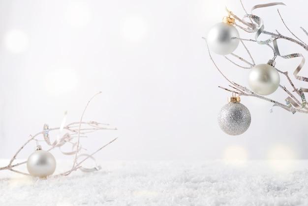 Frostiger ast mit schnee und weihnachtsdekoration ich auf weiß. bringen sie ihr produkt an Premium Fotos