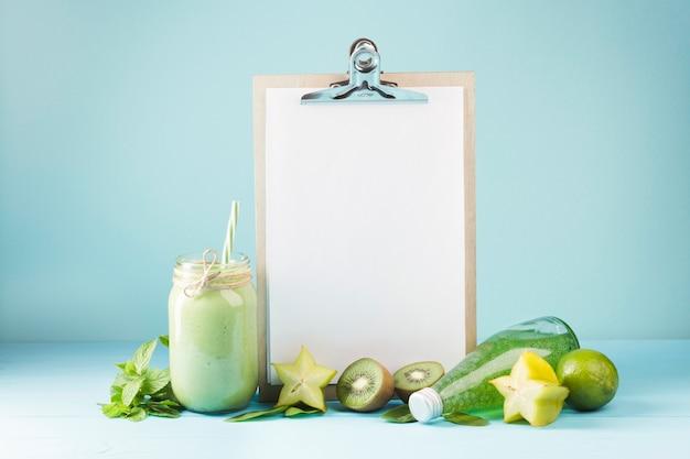 Frucht und smoothie mit leerem klemmbrett copyspace Kostenlose Fotos