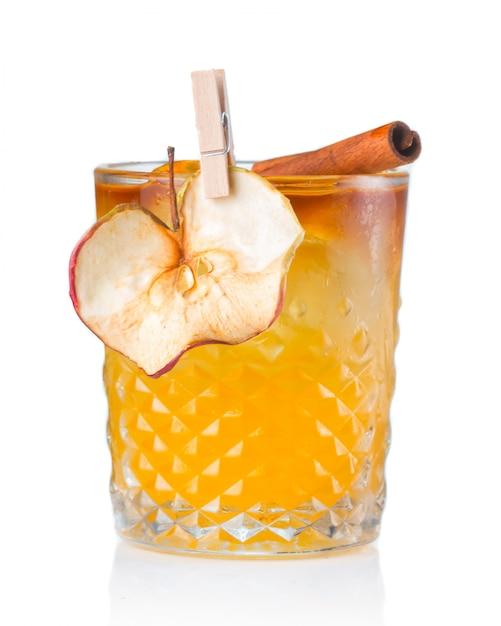Fruchtalkoholcocktail mit der apfel- und zimtstange lokalisiert Premium Fotos
