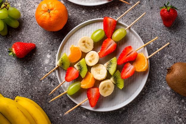 Fruchtaufsteckspindeln, gesunder sommersnack Premium Fotos