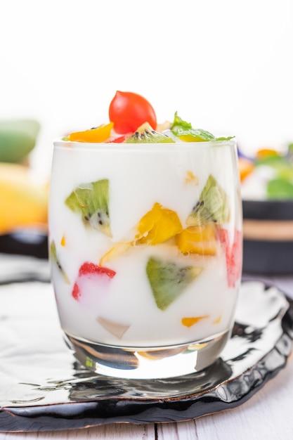 Fruchtjoghurt-smoothie im glas. Kostenlose Fotos