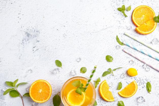 Fruchtsaftgetränk des sommers neues Premium Fotos