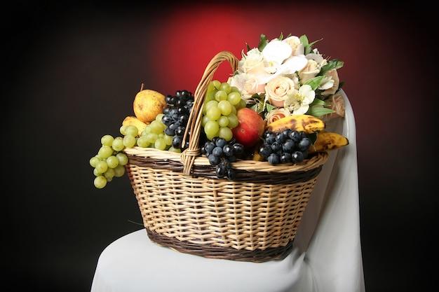 Früchte in einem korb Premium Fotos