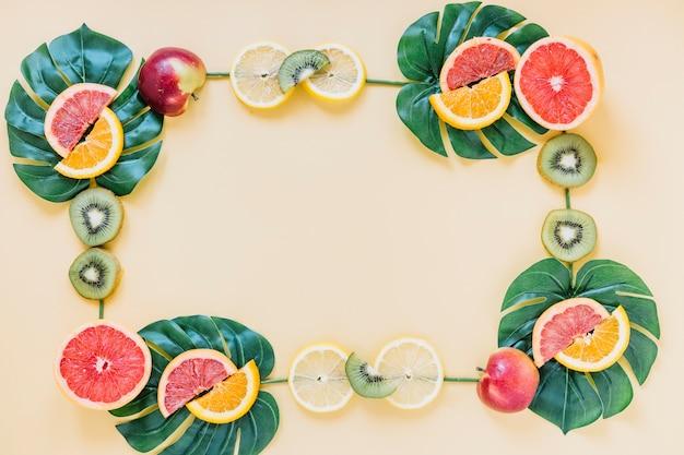 Früchte und blätter bilden grenze Kostenlose Fotos