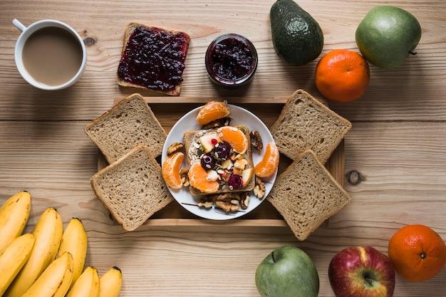 Früchte und kaffee um fach mit frühstück Kostenlose Fotos