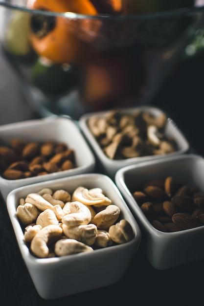 Früchte und nüsse auf küchentisch Kostenlose Fotos