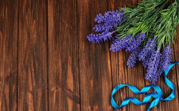 Frühling blüht lila wohlriechenden lavendel auf einem hölzernen Premium Fotos