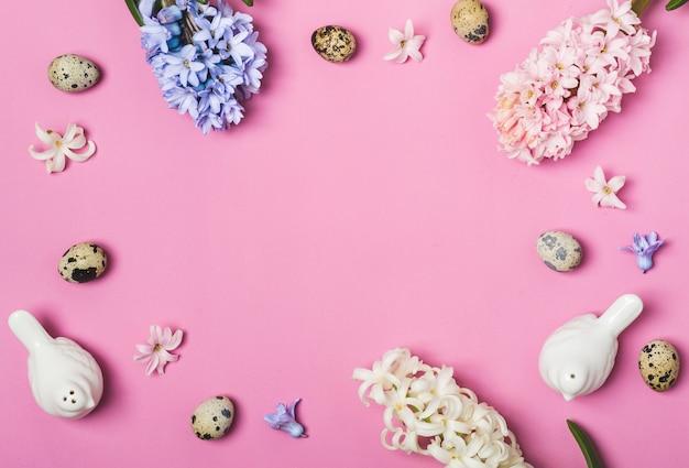 Frühlings-ostertischgedeck. rosa sättigung flach lag. Premium Fotos