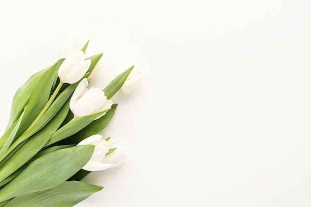Frühlingskonzept. weißer tulpenstrauß für modellentwurf auf weißem hintergrund mit kopienraum Premium Fotos