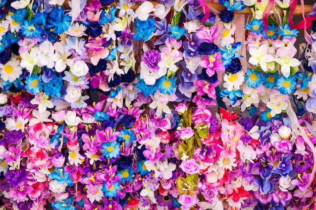 Frühlingskränze von blumen in verschiedenen farben Premium Fotos