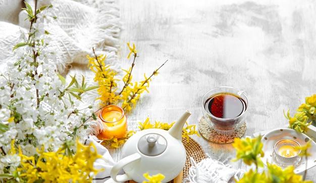 Frühlingsstillleben mit einer tasse tee und blumen Kostenlose Fotos