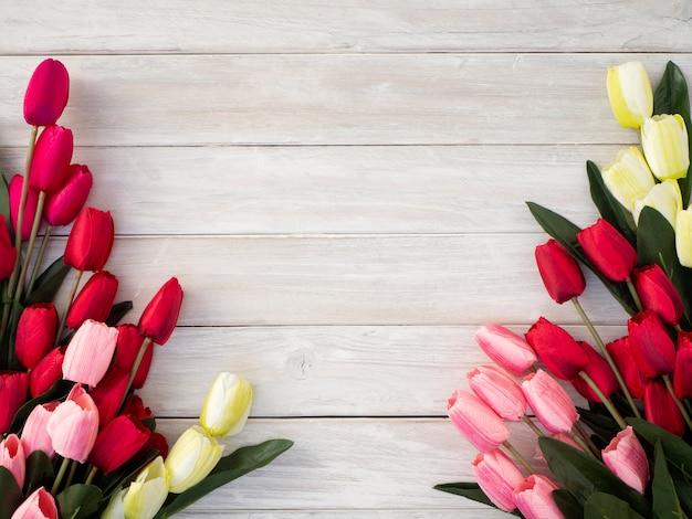 Frühlingstulpenblumen auf einem alten hölzernen Premium Fotos