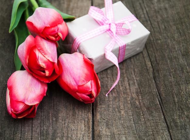 Frühlingstulpenblumen und geschenkbox Premium Fotos