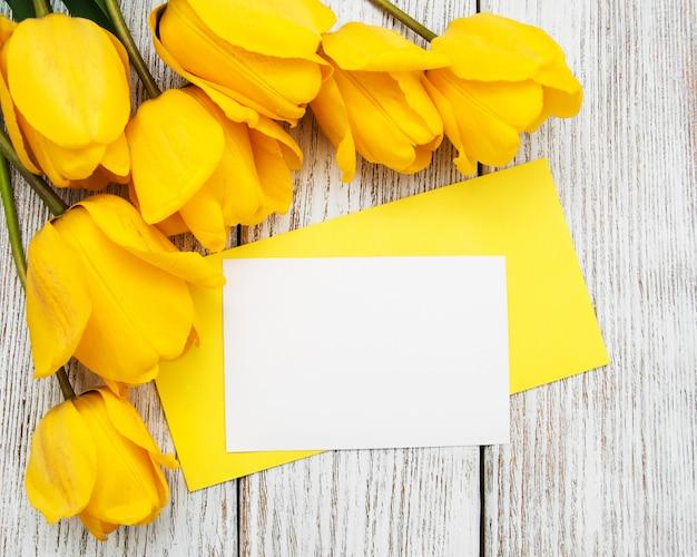 Frühlingstulpenblumen und -karte Premium Fotos