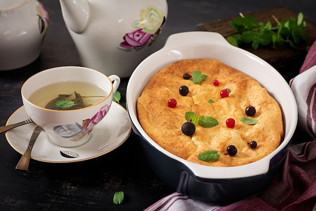 Frühstück. appetitanregende hüttenkäsekasserolle auf dunkler tabelle. Kostenlose Fotos