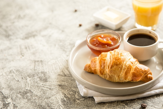 Frühstück mit croissants auf beton Premium Fotos