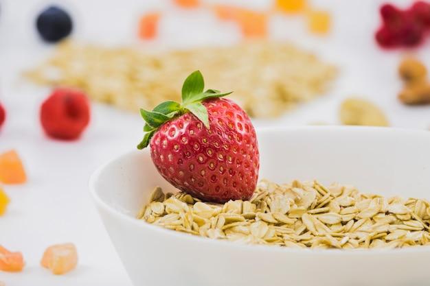 Frühstück mit müsli und erdbeeren Kostenlose Fotos