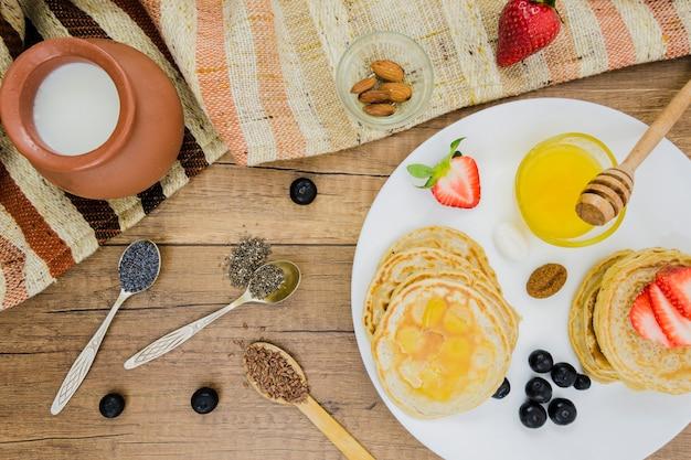 Frühstück mit pfannkuchen und erdbeeren Kostenlose Fotos