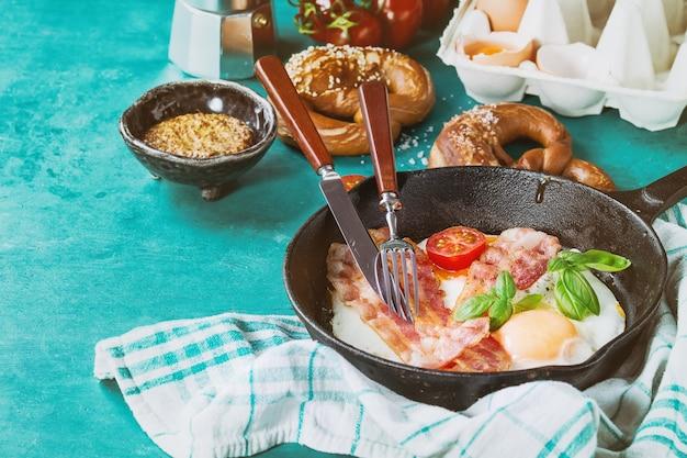 Frühstück mit spiegeleiern und speck Premium Fotos