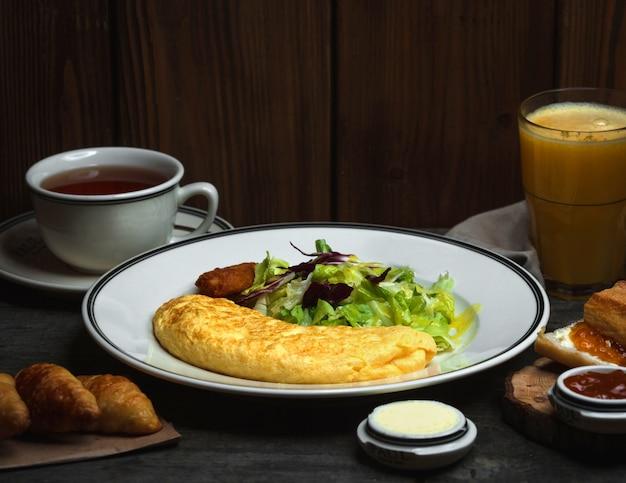 Frühstück mit spiegeleikaffee und orange frisch Kostenlose Fotos