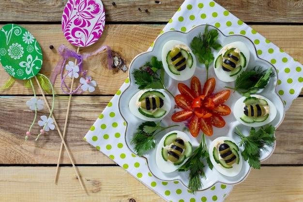 Frühstück oder mittagessen für kinder - hart gekochte eierbiene. frohe ostern essen für die kinder. Premium Fotos