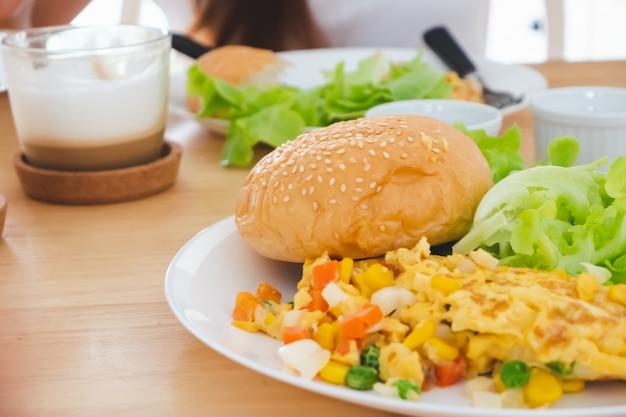 Frühstück omelette burger salat serviert Premium Fotos