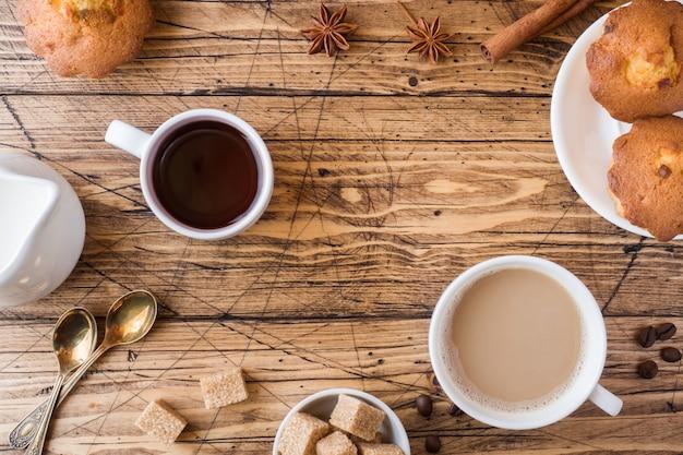 Frühstück und kaffee für zwei personen, gebäck, brauner zucker und zimt mit anis Premium Fotos