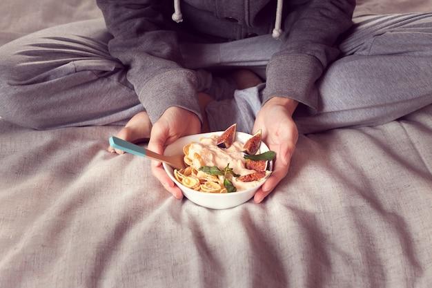 Frühstück zu bett vom diätgetreide mit feigen Premium Fotos