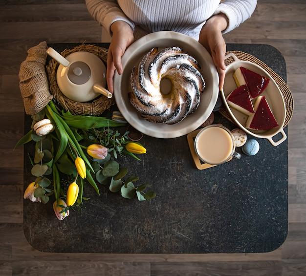 Frühstücks- oder brunch-tischdekoration voller gesunder zutaten für ein köstliches osteressen mit freunden und familie am tisch. das konzept der osterferien und familienwerte. Kostenlose Fotos