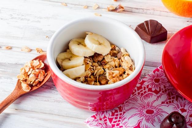 Frühstücksgranola, eine tasse kaffee Premium Fotos