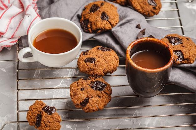 Frühstücksplätzchen mit schokolade und kakao, grauer hintergrund. sauberes essen-konzept. Premium Fotos