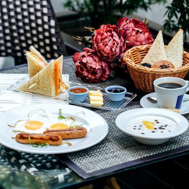 Frühstücksset mit verschiedenen speisen Kostenlose Fotos