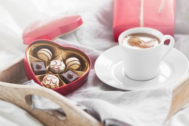 Frühstückstablett mit einem geschenk, blumen und pralinen Kostenlose Fotos
