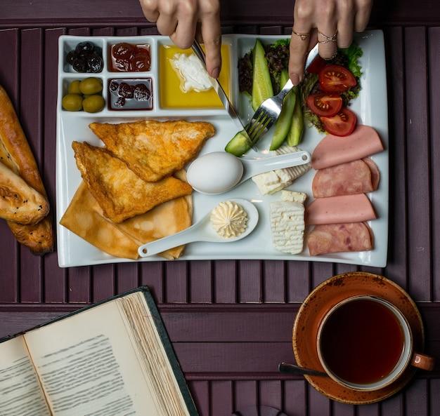 Frühstücksteller mit einer vielzahl von lebensmitteln, ansicht von oben Kostenlose Fotos