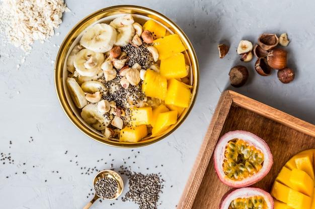 Frühstücksteller mit frischen früchten Premium Fotos
