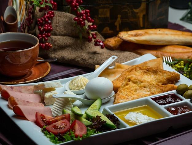 Frühstücksteller mit gemischten zutaten und tee Kostenlose Fotos