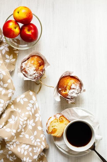 Frühstückstisch mit kuchen, kaffee und früchten Premium Fotos