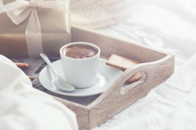 fr hst ck tablett mit kaffee kekse und ein goldenes geschenk download der kostenlosen fotos. Black Bedroom Furniture Sets. Home Design Ideas
