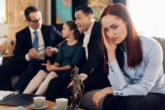 Frustrierte rothaarigemutter in der blauen scheiße sitzt auf couch Premium Fotos