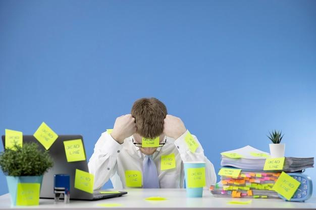 Frustrierter manager hält termine bei der arbeit nicht ein Premium Fotos