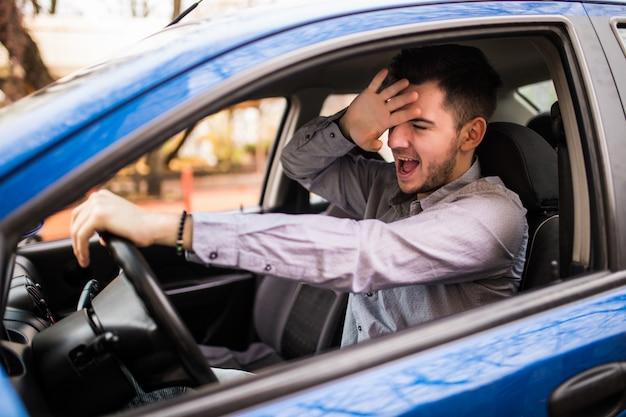 Frustrierter mann, der auto fährt Kostenlose Fotos