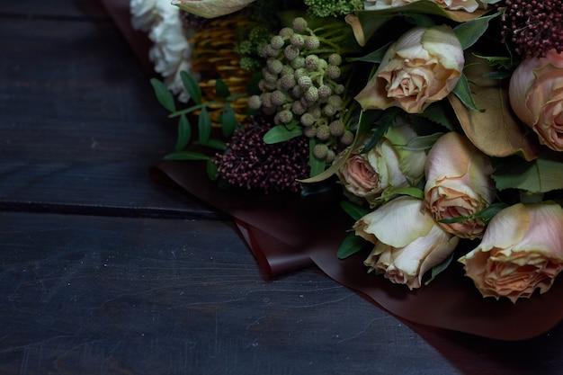 Führen sie nahaufnahmeblumenstrauß in den pastellfarben in der weinleseart auf dunkelheit einzeln auf Premium Fotos