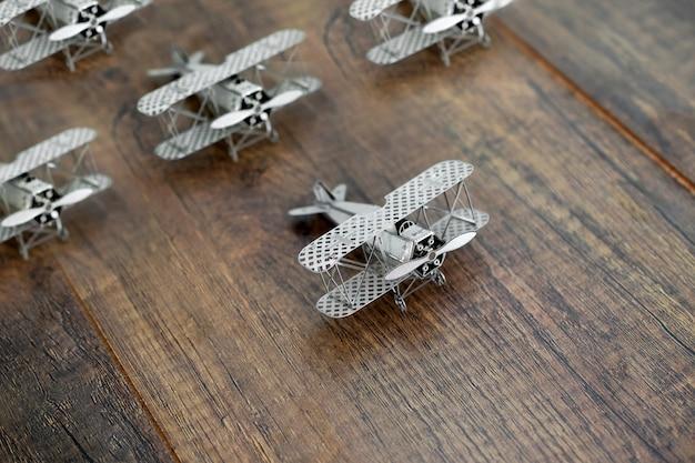 Führungskonzept mit dem flugzeugmodell, das andere flugzeuge führt. Premium Fotos
